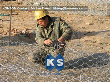 चीन Custom Gabion Stone Cages Hexagonal Wire 80 x 100MM For Protection Engineering आपूर्तिकर्ता
